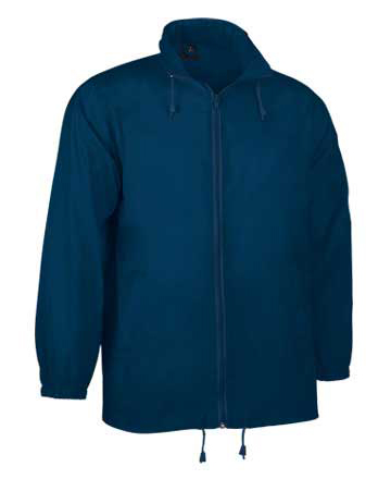 Kway blu in poliestere 100% con zip totale intera. Collo alto con cappuccio riposto all'interno del collo, due tasche con zip e sistema per riporlo nella tasca.